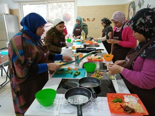 주이집트한국문화원은 지난 1월 27일 문화원 조리실습실 '수라간'에서 이집트에 거주하는 코리아넷 명예기자 8명을 초청해 '한식문화 강좌'를 진행했다. (사진 주이집트한국문화원)