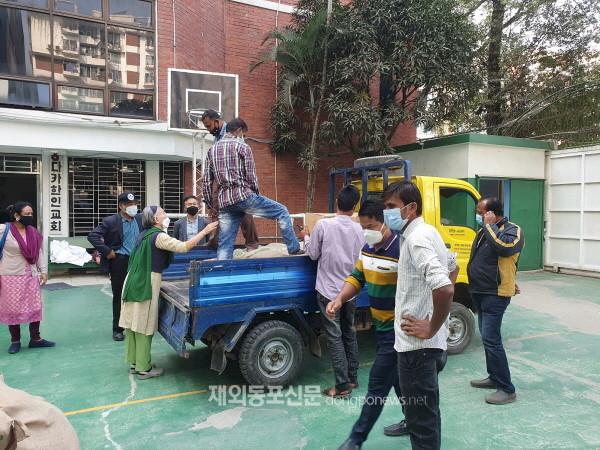 재방글라데시한인회와 민주평화통일자문회의 방글라데시지회는 지난 12월 연말연시 불우이웃돕기 모금을 실시하고 모금액을 어려움을 겪는 이웃들과 나누었다. (사진 방글라데시한인회)